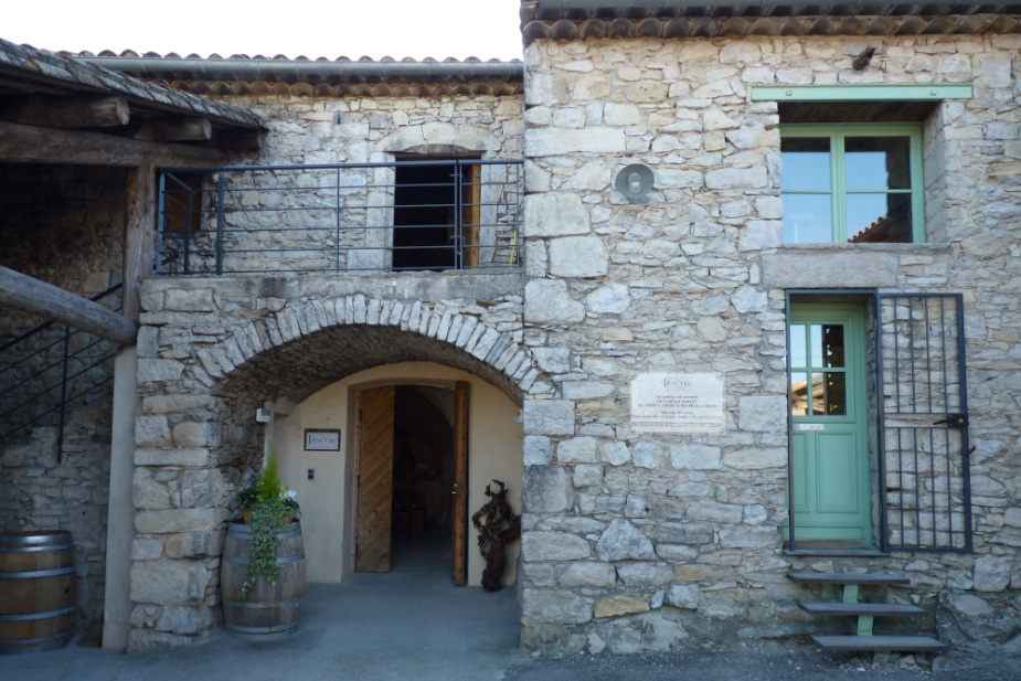 zzz Entrée du caveau de vente-dégustation du Château de Lancyre AOC Coteaux du Languedoc Pic Saint Loup