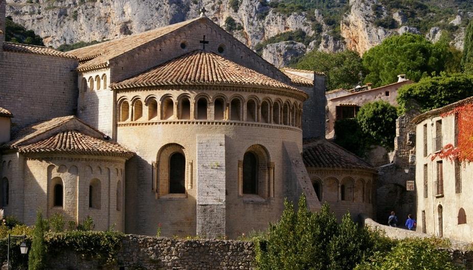 Chevet de l abbaye de Gellone Chateau de Lancyre vignerons en AOC Coteaux du Languedoc Pic Saint Loup